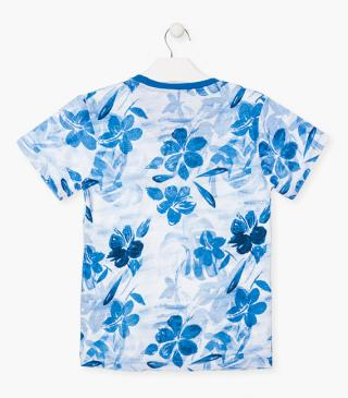 Camiseta de color azul con flores estampadas.