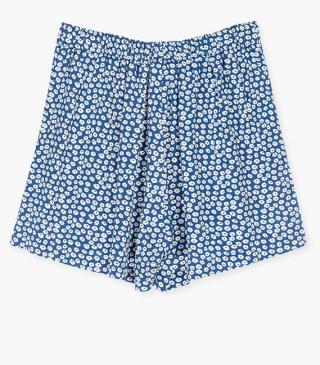 Floral shorts in blue.