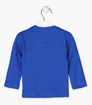 Blue t-shirt with long sleeves.