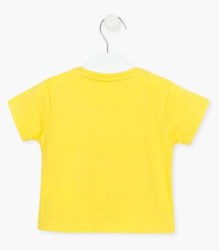Yellow t-shirt with short sleeves.
