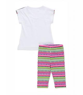 Conjunto de camiseta en color blanco y legging estampado.
