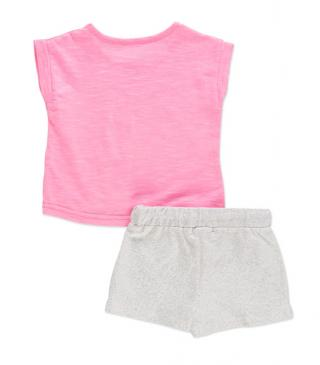 Conjunto de camiseta en color rosa con estampados y short.