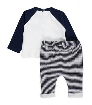 Knit set of t-shirt and trousers.