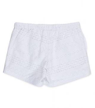 Short de color blanco bordado.