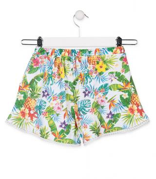 Short con estampado tropical.