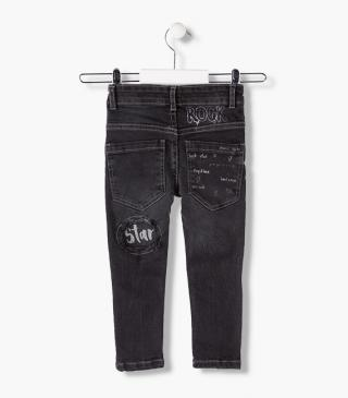 Pantalone jeans con stampe.