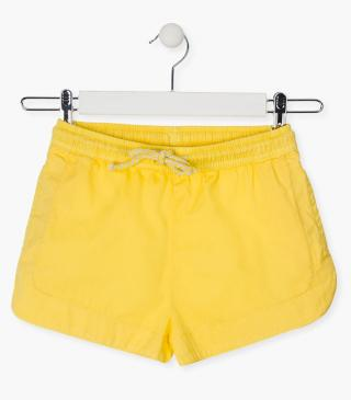 Short de color amarillo.