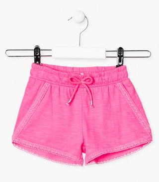 Short con detalles de puntillas decorativas.