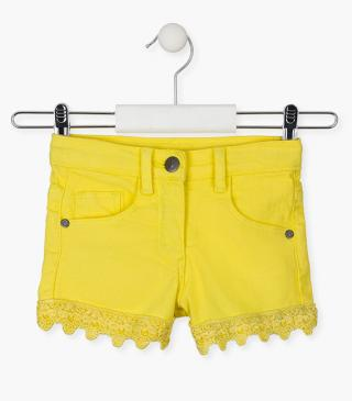 Short con inserto all'uncinetto nell'orlo.