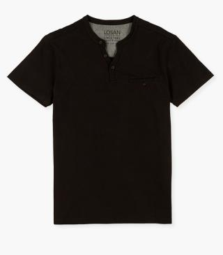 T-shirt with breast pocket with button.
