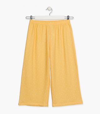 Loose yellow trousers.
