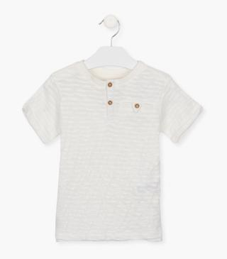 Short-sleeved t-shirt with mandarin collar.