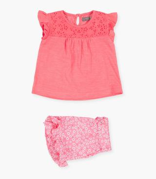 Conjunto de camiseta con bordado y short de color rosa.