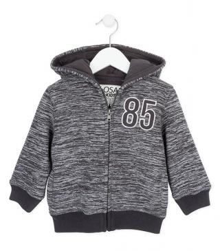 Chaqueta polar en color gris vigoré con parche bordado.