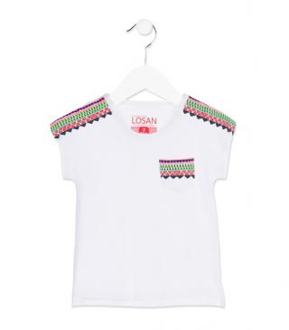 Camiseta de color blanco con estampado y bolsillo.