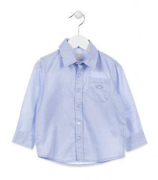 Camisa oxford de color azul con bolsillo.