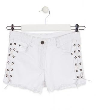 Short de color blanco con trenzado lateral.