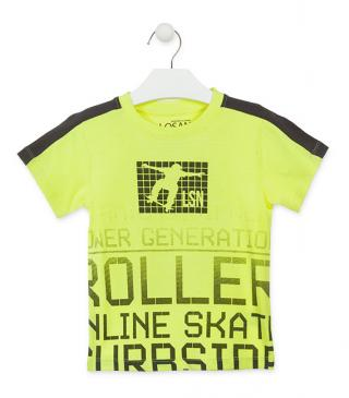Camiseta de color amarillo con skaters.