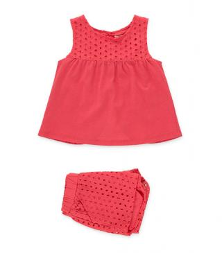 Conjunto de color rojo de camiseta y short.
