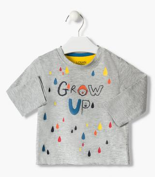 Camiseta con gotas multicolor estampadas.